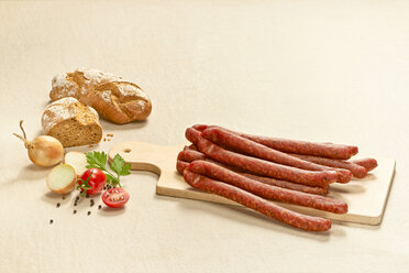 Pfefferpeitschen, pork sausages on chopping board - DIKF000186