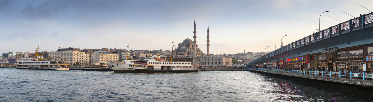 Turkey, Istanbul, Eminonu Harbor, Restaurants on Galata Bridge and Yeni Cami, New mosque - MDI000036