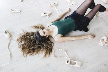 Dancer posing lying on the floor - MRAF000009