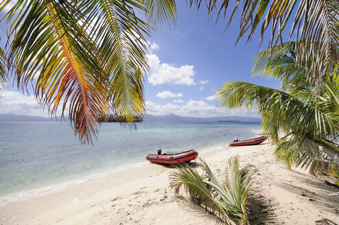 Panama, San Blas Islands, Cayos Los Grullos, rubber boat on the beach - STE000137