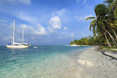 San Blas Islands, Isla Wichitupo Grande, sailing boats at beach - STE000143
