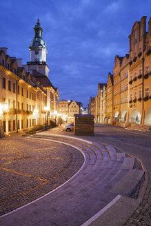Poland, Lower Silesia, Jelenia Gora, Hirschberg, Old town square at night, historic city centre - ABOF000065