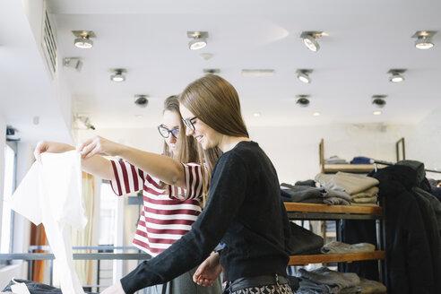 Two young women in a fashion shop - ALB000019