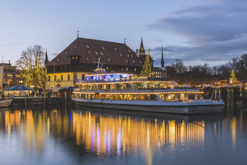 Germany, Constance, Lake Constance, Christmas market at lakeshore with council building in background - KEB000329