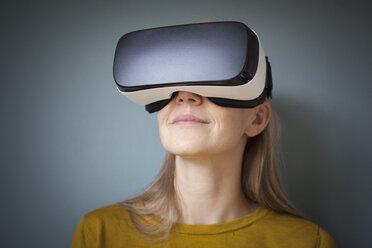 Woman wearing Virtual Reality Glasses - RBF004081