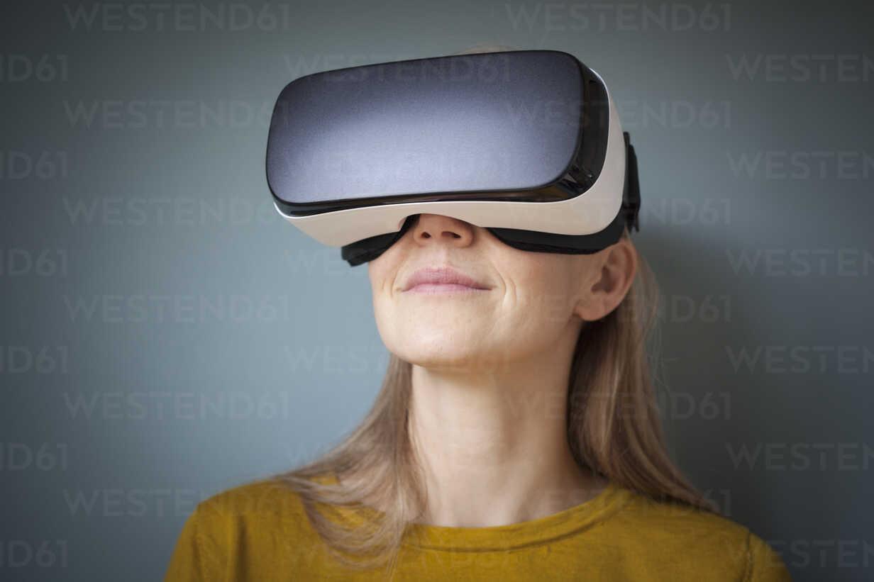 Woman wearing Virtual Reality Glasses - RBF004081 - Rainer Berg/Westend61