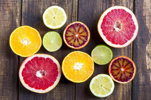 Sliced citrus fruits on wood - SARF002490