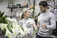 Shop assistant in flower shop advising customer - ZEF008111