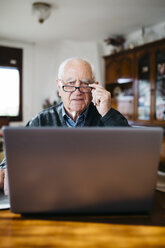 Portrait of senior man with laptop at home - JRFF000361