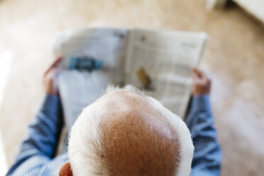 Head of senior man reading  newspaper at home, top view - JRFF000376