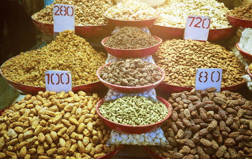India, Old Delhi, market, spices and dried fruits - DISF002335