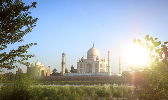 India, Uttar Pradesh, Agra, Panorama of Taj Mahal with guesthouse left, Yamuna river - DISF002347