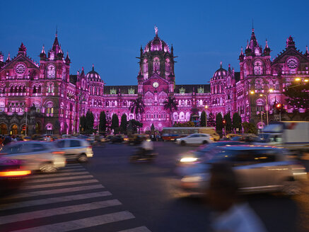 India, Maharashtra, Mumbai, Chhatrapati Shivaji Terminus at night, traffic - DISF002353