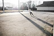 Young man inline skating - DAWF000493