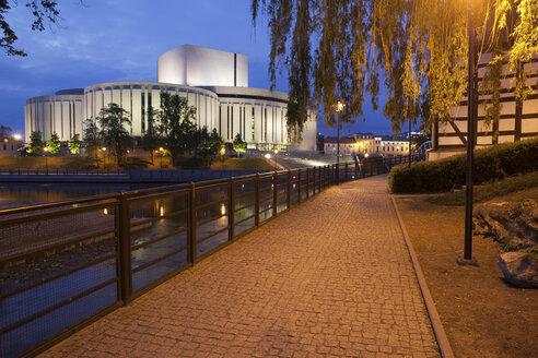 Poland, Bydgoszcz, Opera Nova at night, alley on Mill Island along Brda River - ABO000074