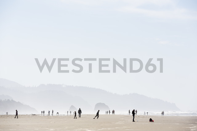 USA, Oregon, Cannon Beach, people on the beach - NG000266 - Nadine Ginzel/Westend61