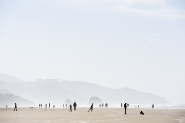 USA, Oregon, Cannon Beach, people on the beach - NG000266