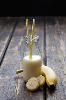 Glass bottle of banana smoothie - CSF027031