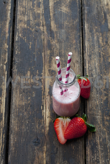 Glass bottle of strawberry smoothie - CSF027034
