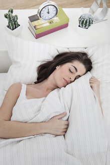 Young woman sleeping in bed - GDF000961