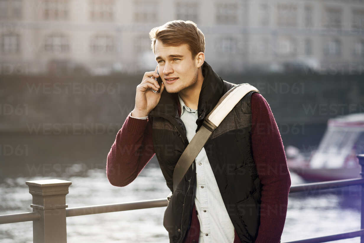 Germany, Berlin, young man on the phone at River Spree - GCF000161 - Christian Gohdes/Westend61