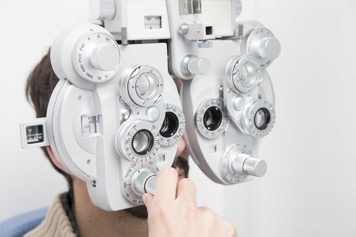 Mann beim Optiker, der einen Sehtest macht - ERLF000122 - Enrique Ramos/Westend61