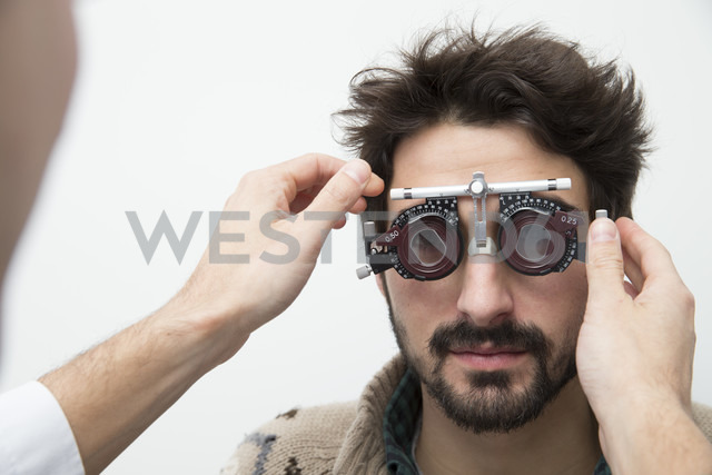 Man at the optometrist making an eye test - ERLF000125 - Enrique Ramos/Westend61