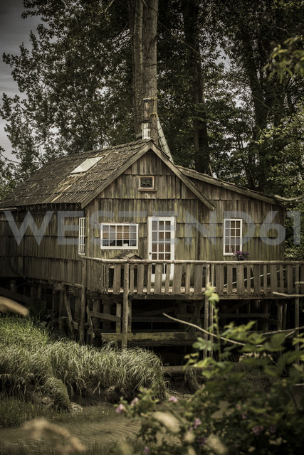 Canada, British Columbia, Finn Slough, lonely wooden house at Fraser River - NGF000293 - Nadine Ginzel/Westend61