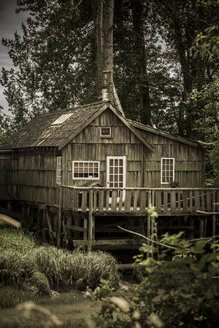 Canada, British Columbia, Finn Slough, lonely wooden house at Fraser River - NGF000293
