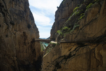 Spain, Ardales, tourists walking along The King's Little Pathway - KIJF000161