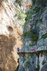 Spain, Ardales, tourists walking along The King's Little Pathway - KIJF000164