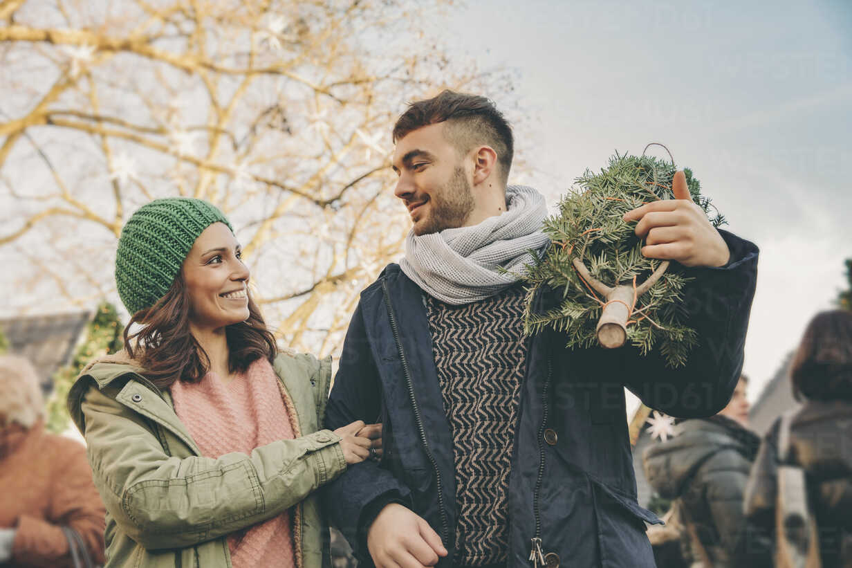 Happy couple with a tree walking over the Christmas Market - MFF002643 - Mareen Fischinger/Westend61