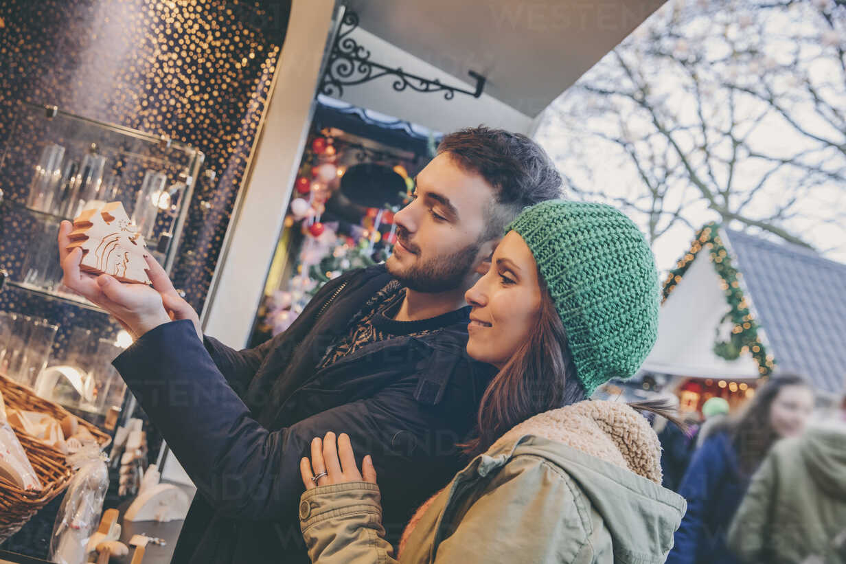 Couple looking at handmade wooden decoration on the Christmas Market - MF002649 - Mareen Fischinger/Westend61