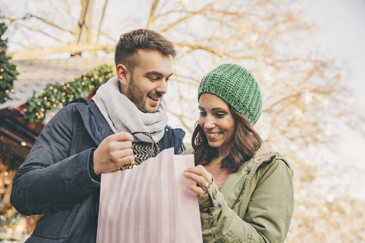 Couple on Chritsmas Market with gift bag - MFF002661 - Mareen Fischinger/Westend61