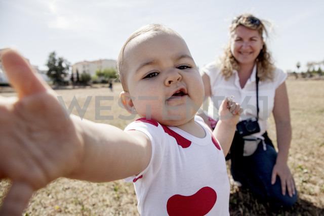 Portrait of baby taking the camera - ERLF000127 - Enrique Ramos/Westend61