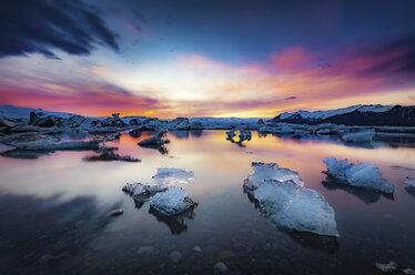 Iceland, Vatnajokull National Park, Sunset, icebergs floating in Jokulsarlon Ice Lagoon - SMAF000430