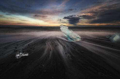 Iceland, South Coast, small pieces of ice on the beach at Jokulsarlon - SMAF000436