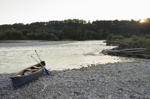 Germany,Bavaria, canoe at Isar riverside - TKF000430