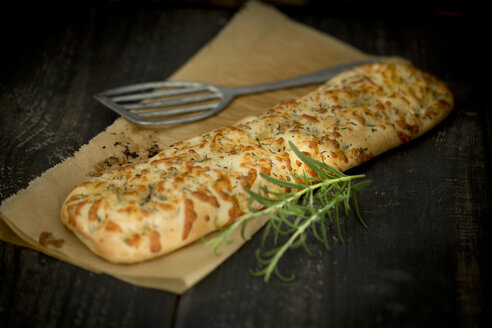 Focaccia with garlic, rosemary and thyme - MAEF011289