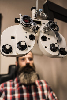 Bearded man making an eye test - JASF000421