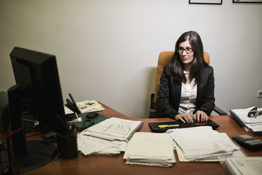 Woman working at desk in office - JASF000480