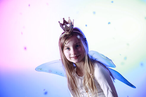 Portrait of smiling little girl dressed up as a princess - VEF000060