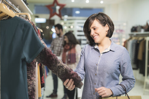 Woman shopping in fashion store - JASF000502