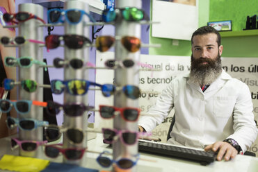 Portrait of bearded optometrist in his store - JASF000517