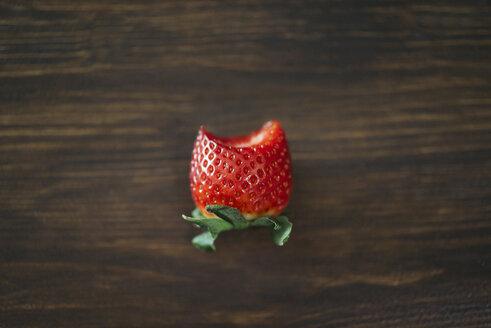 Bitten strawberry on dark wood - JPF000114