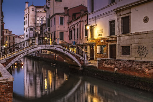 Italy, Venice, view to Ponte de le Maravegie at twilight - HAMF000156