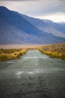 Ireland, Country road in Connemara - GIOF000783