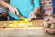 Slicing yellow courgette - FMKF002304