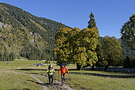 Austria, Tyrol, Karwendel, hikers in the Rohn Valley - LBF001383