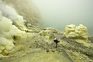 Indonesia, Java, Sulphur miners working in the crater at Kawah Ijen - DSG000986